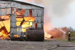Brennendes Wirtschaftsgebäude mit Heu Stockbild