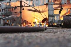 Brennendes Wirtschaftsgebäude mit Heu Stockfotografie