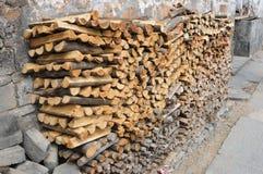 Brennholz außerhalb des Bauernhauses Stockfotografie