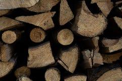 Brennholz auf der Stra?e stockfoto