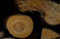 Brennholz auf der Stra?e stockfotos