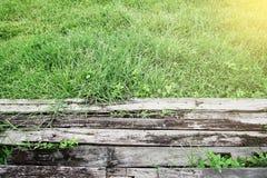 Brennholz auf Gras lizenzfreie stockbilder