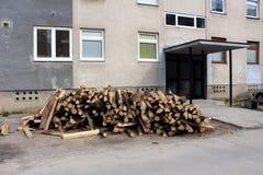 Brennholz bereit zum Schnitt und zur Speicherung geliefert vor altem Wohngebäude als Vorbereitung für kalten Winter stockfotos