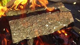 Brennholz, das draußen im Messingarbeiter brennt stock footage