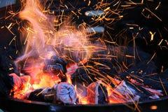 Brennholz, das im Messingarbeiter brennt Stockfoto