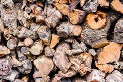 Brennholz in einem Stapel vorbereitet für den Winter lizenzfreies stockfoto