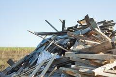 Brennholz für den Winter auf dem Hinterhof lizenzfreie stockbilder