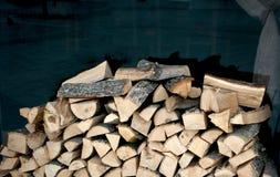 Brennholz gehackt f?r Grill Gehacktes Holz f?r das Anz?nden stockfotografie