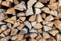 Brennholz gestapelt in einem Woodpile Stockfotografie