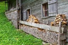 Brennholz gestapelt in einer alten alpinen Hütte nahe Falzthurnalm Achensee Seebereich, Österreich, Tirol Lizenzfreies Stockbild