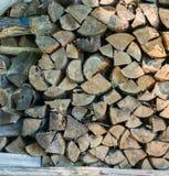Brennholz gestapelt für Winter Stockfotografie