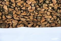 Brennholz gestapelt im Winter Lizenzfreies Stockfoto