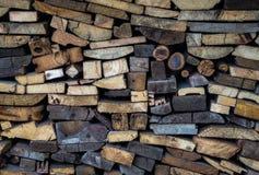Brennholz gestapelt vertikal entlang der Wand Lizenzfreies Stockfoto
