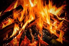 Brennholz im Feuer mit Feuer und Funken Stockbild