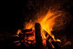 Brennholz im Feuer mit Feuer und Funken Stockfoto