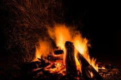 Brennholz im Feuer mit Feuer und Funken Lizenzfreies Stockbild