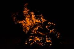 Brennholz im Feuer mit Feuer und Funken Stockbilder