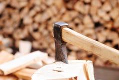 Brennholz mit Axt lizenzfreies stockfoto