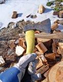 Brennholz mit Axt Stockfotografie