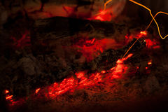 Brennholz, schwelend im Kamin lizenzfreie stockfotos