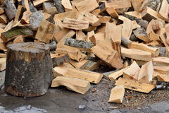 Brennholz sind   im Yard Lizenzfreies Stockbild