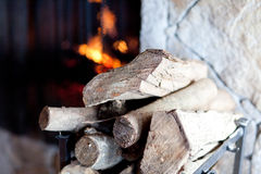 Brennholz und Kamin Stockfotos