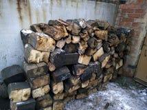 Brennholz von den alten Lagerschwellen stockfoto