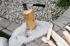 Brennholzbaum und kleine Axt lizenzfreie stockbilder