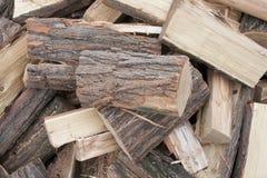 Brennholzhintergrund - gehacktes Brennholz auf einem Stapel Stockbilder