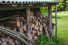 Brennholzklotz falteten sich unter dem Dach auf grünem Gras im Sommer stockbild