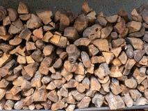Brennholzstapel im Freien im bewölkten Gebäude im Freien Lizenzfreie Stockbilder