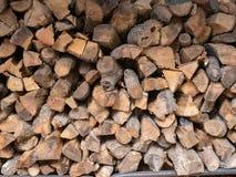 Brennholzstapel im Freien im bewölkten Gebäude im Freien, Abschluss oben Lizenzfreie Stockfotografie