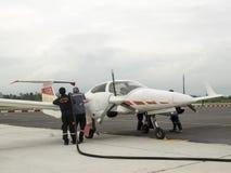 Brennstoff, der herauf Flugzeuge füllt Lizenzfreies Stockfoto
