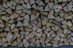 Brennstoff für den Ofen, der zu Hause erhitzen und Bad Landwirtschaftliche Lebensdauer Hölzernes Brennholz wird in die Wände gele lizenzfreies stockfoto
