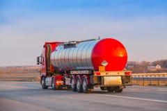 Brennstoff-LKW auf der Autobahn lizenzfreies stockbild