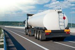 Brennstoff-LKW fährt auf Straße, weiße leere Farbe, hintere Ansicht, ein Gegenstand auf Landstraße lizenzfreie stockfotos