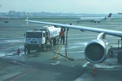 Brennstoff-LKW liefert Öl an Flugzeug lizenzfreie stockfotografie