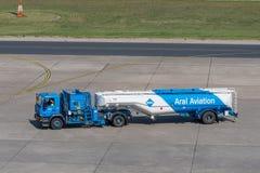 Brennstoff-LKW von Aral-Luftfahrt stockfotografie