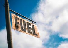 Brennstoff-Weinlese verrostete Zeichen Stockfotos