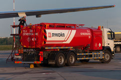 Brennstoffaufnahme der Flugzeuge mit Brennstoff stockbild