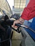 Brennstoffaufnahme an einer Tankstelle stockfoto