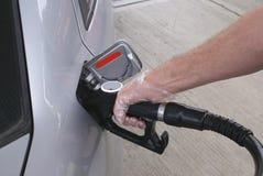 Brennstoffaufnahme eines Autos mit Diesel oder Treibstoff Stockfotos