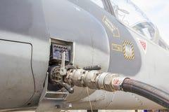 Brennstoffaufnahme von Flugzeugen Stockfotos