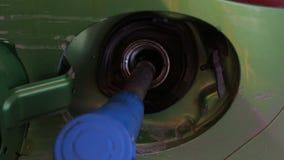 Brennstoffaufnahmeauto mit Brennstoff an der Tankstelle, Nahaufnahmetanksäule stock footage