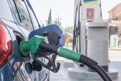 Brennstoffaufnahmebenzin in einem Auto Stockfoto