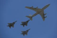 Brennstoffaufnahmetanker Boeings 707 in der Bildung mit F-15I Allwetter- multi Rollen-Streikkämpfer während Israel-` s des Jahrbu Lizenzfreies Stockfoto