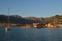 Brennstoffstation und -Segelboote auf dem Jachthafen Stockbild