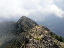Brenta白云岩山风景、秋天、低云和雾 库存照片