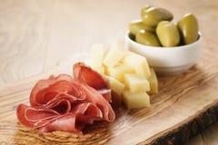Bresaola用帕尔马干酪和橄榄在切板 免版税图库摄影