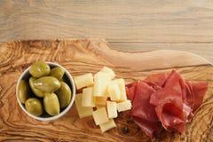 Bresaola用帕尔马干酪和橄榄在切板 图库摄影